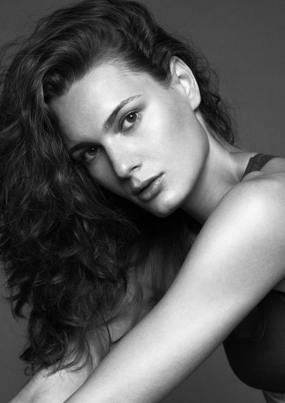 ANITA HODOSI - La mainboard (website)